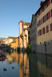 Kanal i den Annecy townen Royaltyfri Foto