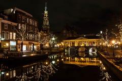 Kanal i den historiska holländska staden av Leiden arkivbilder