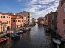 Kanal i den italienska staden Chioggia arkivbild