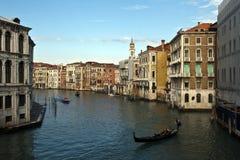 Kanal i den Venedig staden Fotografering för Bildbyråer