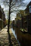 Kanal i det gamla centret i Alkmaar Arkivbilder