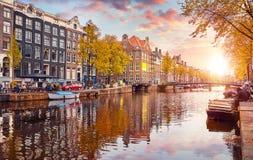 Kanal i floden Amstel för Amsterdam Nederländernahus royaltyfri foto