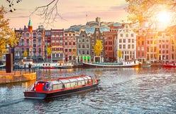 Kanal i floden Amstel för Amsterdam Nederländernahus arkivfoto
