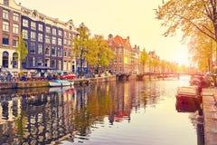 Kanal i floden Amstel för Amsterdam Nederländernahus Arkivbilder