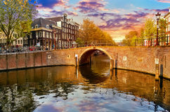 Kanal i floden Amstel för Amsterdam Nederländernahus Fotografering för Bildbyråer