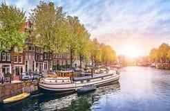 Kanal i floden Amstel för Amsterdam Nederländernahus Arkivfoton