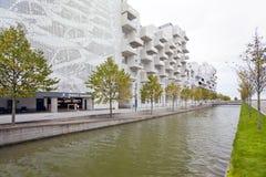 Kanal i gatan Robert Jacobsen i det nya området av Köpenhamnen - Orestad royaltyfria bilder