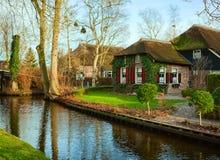 Kanal i Giethoorn på den soliga vintermorgonen, Nederländerna Giethoorn är en by i det holländska landskapet av Overijssel arkivbild