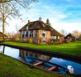 Kanal i Giethoorn på den soliga vintermorgonen, Nederländerna arkivbild