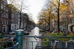 Kanal i mitten av Amsterdam arkivfoton