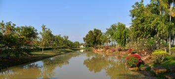 Kanal i parkera royaltyfri fotografi