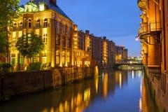 Kanal i Speicherstadten på natten royaltyfri fotografi