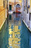 Kanal i Venedig, Italien fotografering för bildbyråer