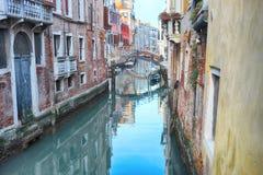 Kanal i Venedig Italien fotografering för bildbyråer
