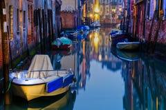 Kanal i Venedig på natten royaltyfria foton