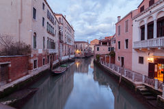 Kanal i Venedig på skymning Arkivfoto