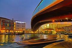 Kanal i Venedig p? natten, Italien royaltyfri bild