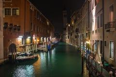 Kanal i venice vid natt, i Italien Arkivfoto