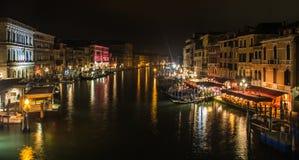 Kanal i venice vid natt, i Italien, sikt från den Rialto bron Fotografering för Bildbyråer