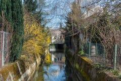 Kanal im Frühjahr stockfoto