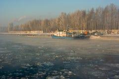 Kanal im Griff des Eises. Stockbilder