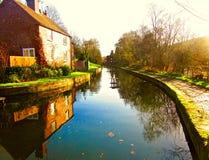Kanal im Herbst Stockfotos