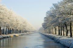 Kanal im Winterschnee Stockbild