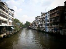 Kanal längs hem med den järnväg korsningen flod i bangkok Thailand Royaltyfri Foto
