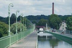 Kanal Latéral de Briare korsar floden Loire arkivfoto