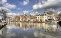 Kanal in Leiden, Holland lizenzfreie stockbilder