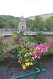 Kanal med blommor på en bro arkivbilder