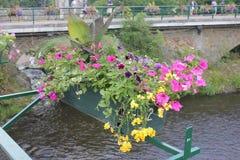 Kanal med blommor på en bro royaltyfri fotografi
