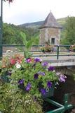 Kanal in med blommor på en bro arkivfoto