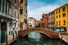 Kanal med bron i staden av venice i Italien Royaltyfri Fotografi