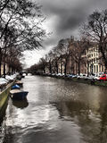 Kanal med fartyg i Amsterdam Fotografering för Bildbyråer