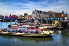 Kanal med fartyg i Amsterdam arkivbild