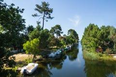 Kanal med fartyg i en sommardag royaltyfri fotografi
