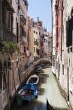 Kanal med fartyg i Venedig Arkivbilder