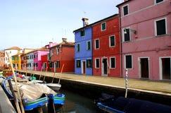 Kanal med fartyg och färgrika hus i Burano i Venedig i Italien Fotografering för Bildbyråer
