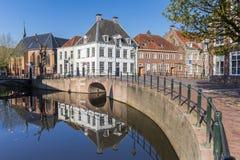 Kanal med gamla byggnader i mitten av Amersfoort royaltyfri bild