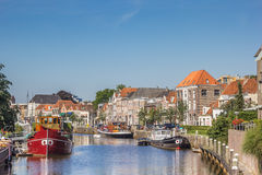 Kanal med gamla skepp och historiska hus i Zwolle Royaltyfria Bilder