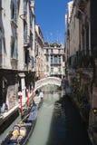Kanal med gondoler i Venedig Arkivbilder