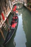 Kanal med gondoler i Venedig, Italien Arkivbilder