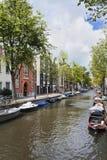 Kanal med herrgårdar och träd, Amsterdam, Nederländerna Arkivbild