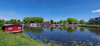 Kanal med husbåtar Royaltyfri Fotografi