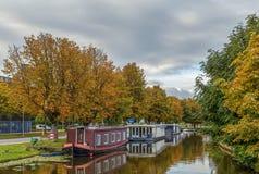 Kanal med pråm, Leiden, Nederländerna Fotografering för Bildbyråer