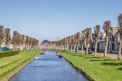 Kanal med små fartyg i mitten av Stavoren royaltyfri foto