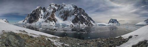 Kanal mellan den antarktiska halvön och av öarna in Arkivfoto