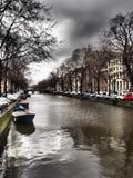 Kanal mit Booten in Amsterdam Stockbild