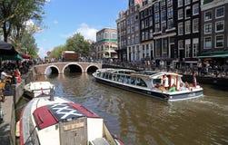 Kanal mit Booten in Amsterdam, Holland Stockbilder